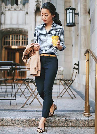 ギンガムチェックシャツ×ネイビーパンツの きれいめカジュアルコーデ(レディース)海外スナップ