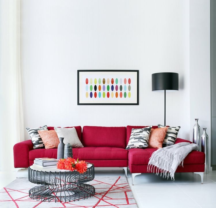 Wohnbereich mit farblichen Akzenten in Rot und schlichter - wandgestaltung wohnzimmer rot
