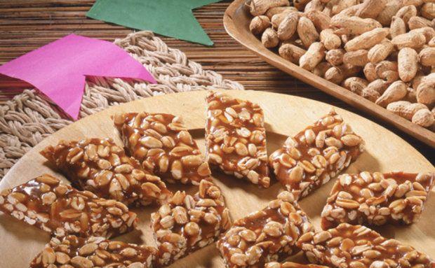 Pé-de-moleque e cesta com amendoim