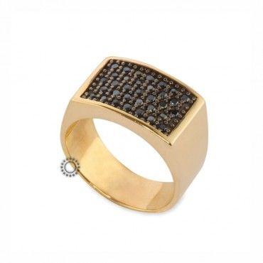 Ένα μοντέρνο δαχτυλίδι τύπου σεβαλιέ (chevalier) σε χρυσό Κ14 με μαύρα  ζιργκόν καρφωμένα  99ad5663192