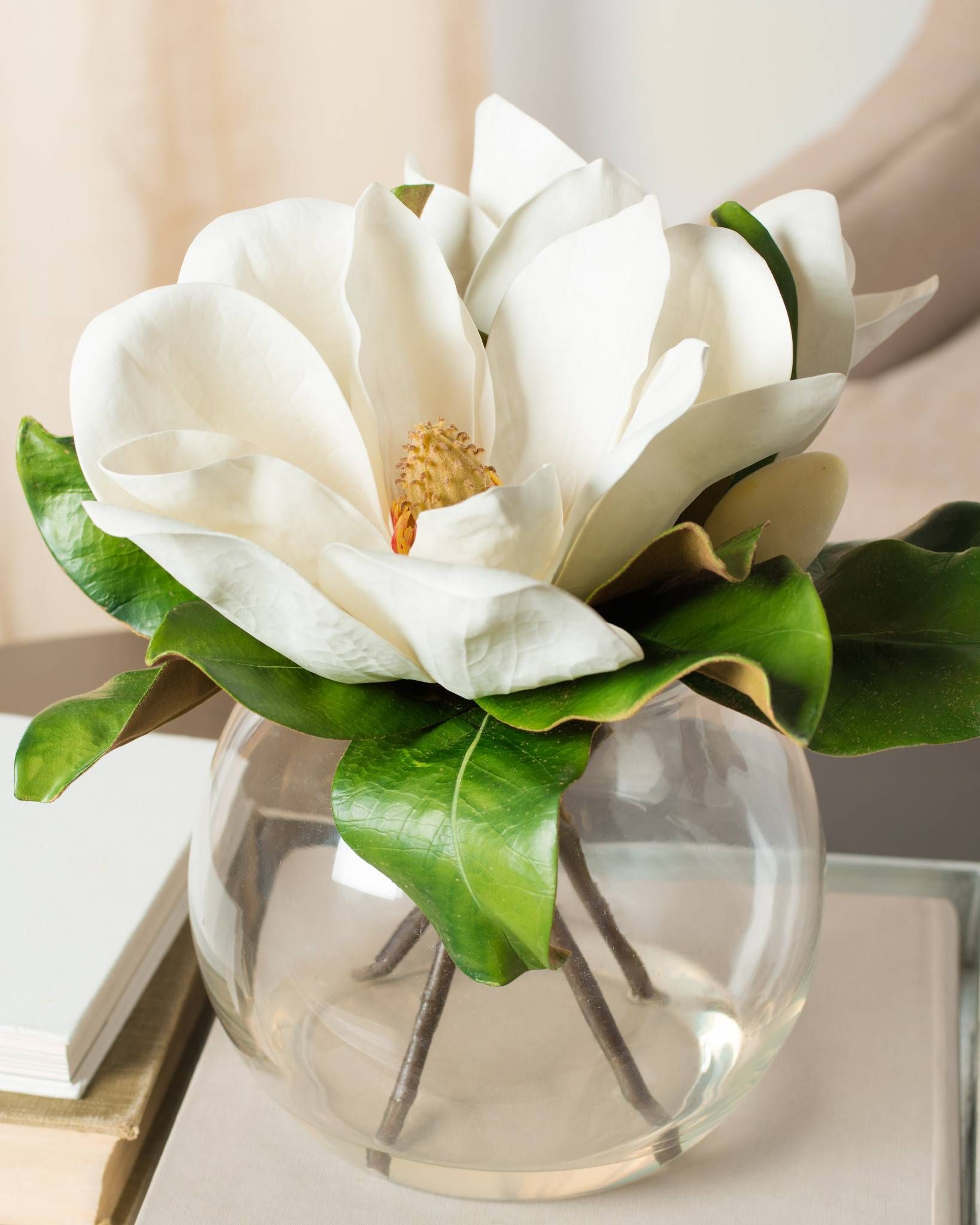 Balsam Hill S Magnolia Flower Arrangement Gives Your Guests A Warm Southern Welcome With The Enduring Flower Arrangements Magnolia Centerpiece Magnolia Flower