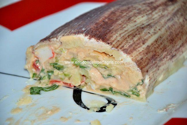 Os propongo un  brazo gitano de patatas relleno de ensalada de surimi  para ocasiones en los que tengamos invitados o, si os apetece, ...