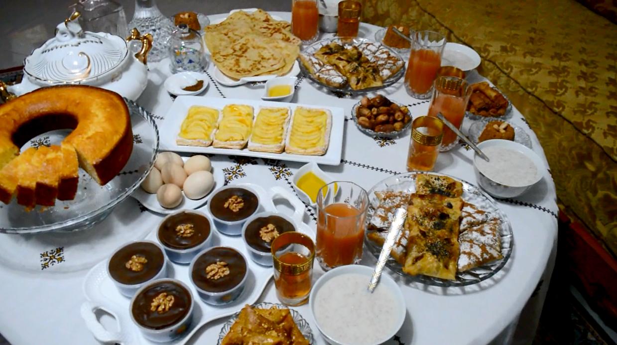 Day1oframadan شكون حارت شنو دير للفطور أفكار عملتها في اليوم الأول من رمضان طرطة التفاح بسبوسة الشكلاطة و الجوز رغايف معمرين بالكفتة و ال Table Settings
