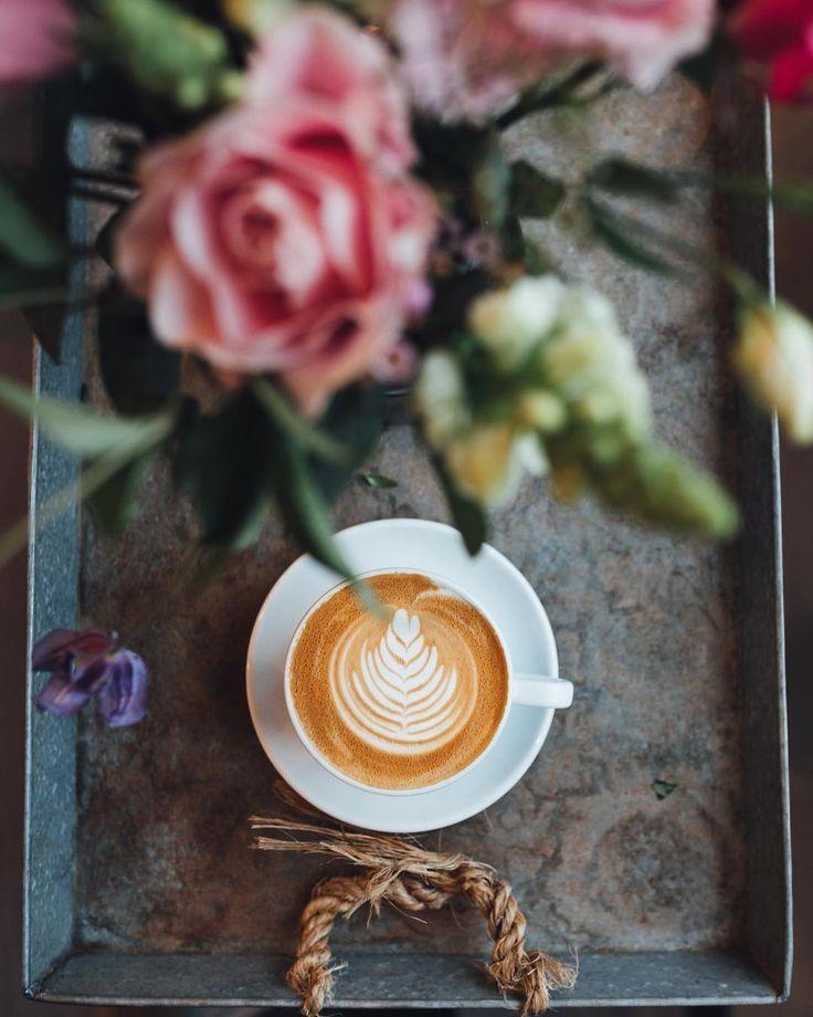 kaffee auf einem sch nen metalltablett und einem strau frischer blumen kaffee eiskaffee. Black Bedroom Furniture Sets. Home Design Ideas