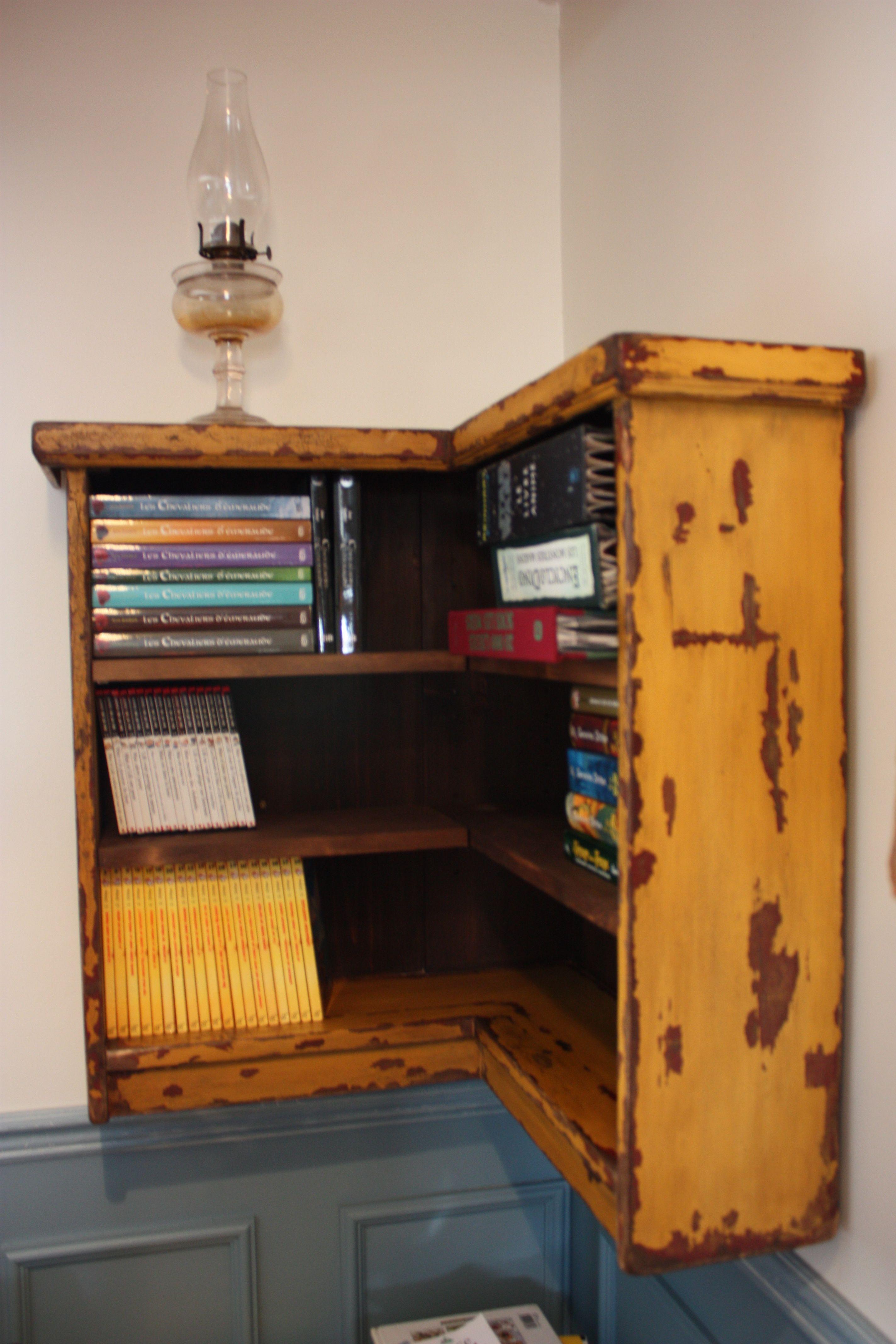 Petite biblioth que d 39 angle rayons amovibles antiquage brou de noix peinture de lait deux for Peinture de lait