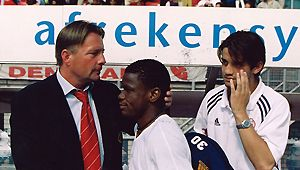 De nieuwe Ajax-trainer in 2000 is Co Adriaanse. Hij is de opvolger van Jan Wouters, die in maart 2000 de wacht kreeg aangezegd. (Foto: V.l.n.r. Co Adriaanse, Pius Ikedia, Christian Chivu)