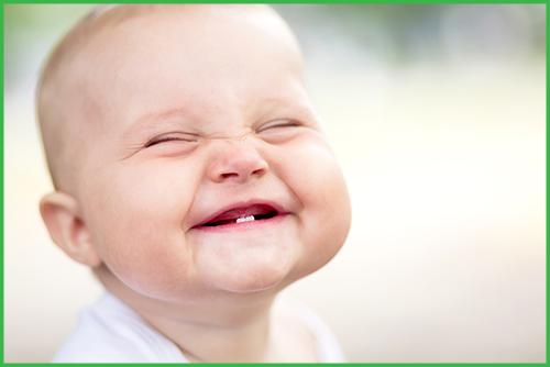 اكتشف اهم 3 مراحل نمو الطفل الرضيع بالشهور Funny Baby Photos Funny Babies Baby Smiles