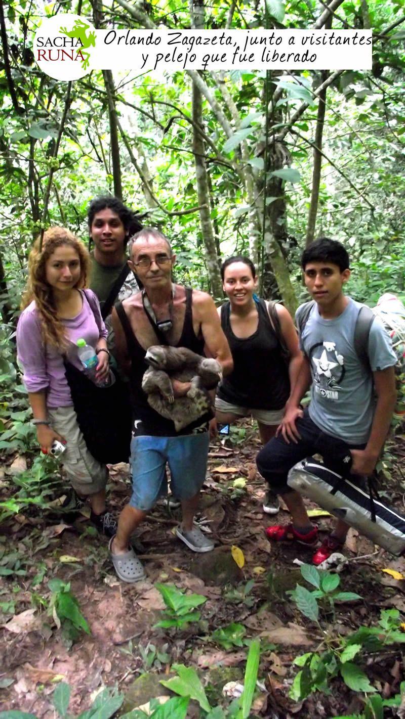 Orlando Zagazeta, junto a visitantes, ahí donde liberan a pelejo, Agencia de Turismo Sacha Runa en Tarapoto