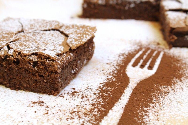 La torta tenerina è un dolce perfetto per gli amanti del cioccolato, caratterizzato da una golosa crosticina esterna ed un morbido interno