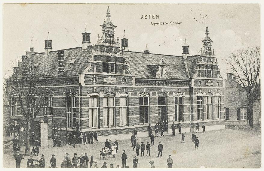 De oude school op de Markt. Hier staat nu de Hema.