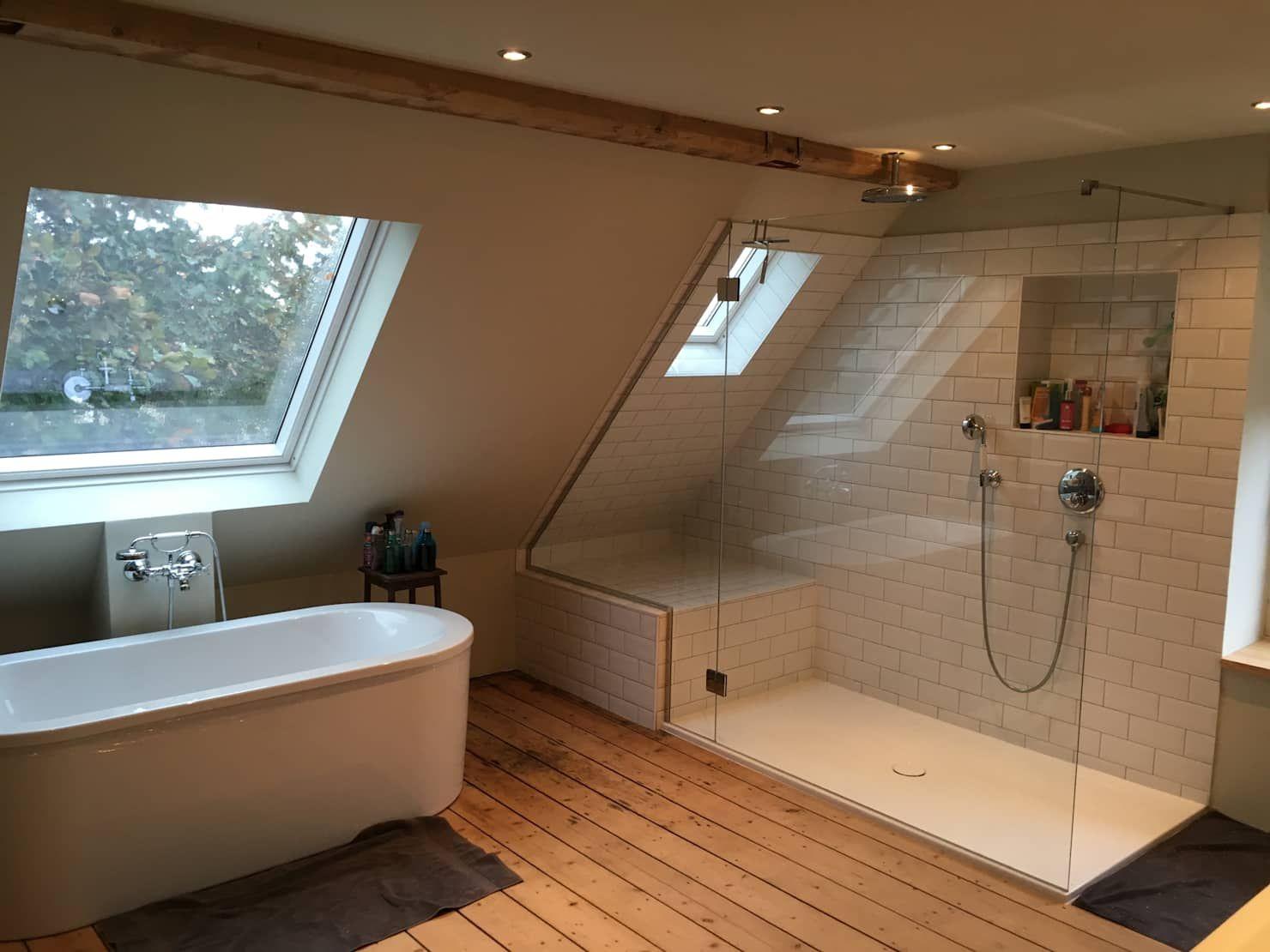 Hauptbad im offenen dachgeschoss schlafzimmer im