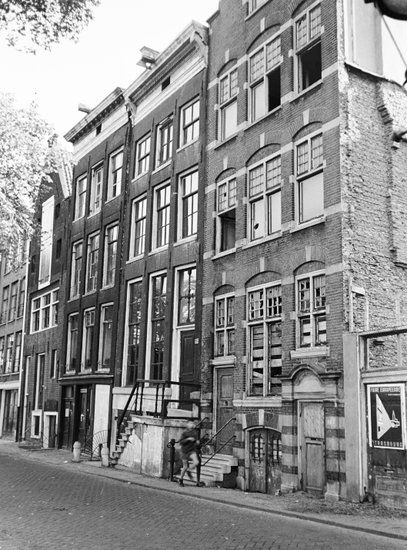 We hopen dat u veel plezier zult beleven aan het bekijken van de oude foto's van Amsterdam. We proberen zoveel mogelijk oud materiaal van en over Amsterdam bij elkaar te krijgen op deze website zodat ook volgende generaties nog kunnen zien mooi Amsterdam vroeger was.
