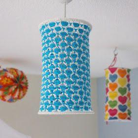 Ik heb een lampenkap gehaakt voor op de kamer van mijn dochter. De kinderlamp met bloemetjes en vlindertjes kon echt niet meer...        B...