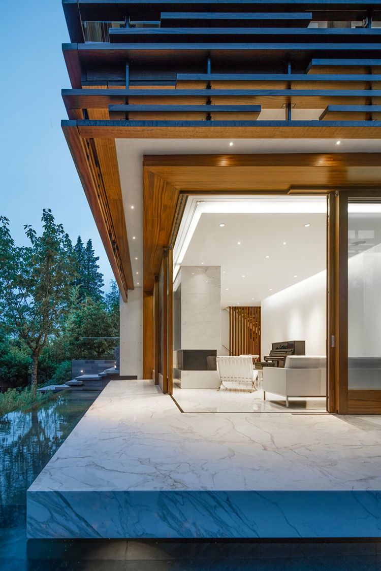 Fliesen aus Marmor als Bodenbelag für ein modernes Haus mit Zen ...
