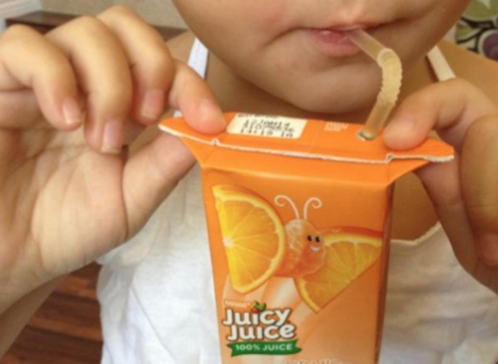 Versuche deinem Kind beizubringen, dass man Tetrapaks an den Seitenlaschen festhält. Damit kannst du verhindern, dass deine Kinder die Tüte zu doll drücken. Cleverer Life-Hack für Eltern und für Kinder, oder?   unfassbar.es