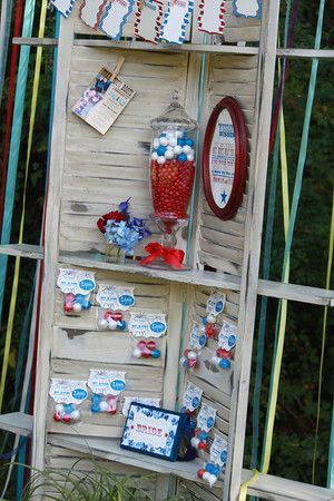 2 old shutters and pallet boards make a corner shelf...vintage. old shutters. persianas antiguas. decoration. decoración