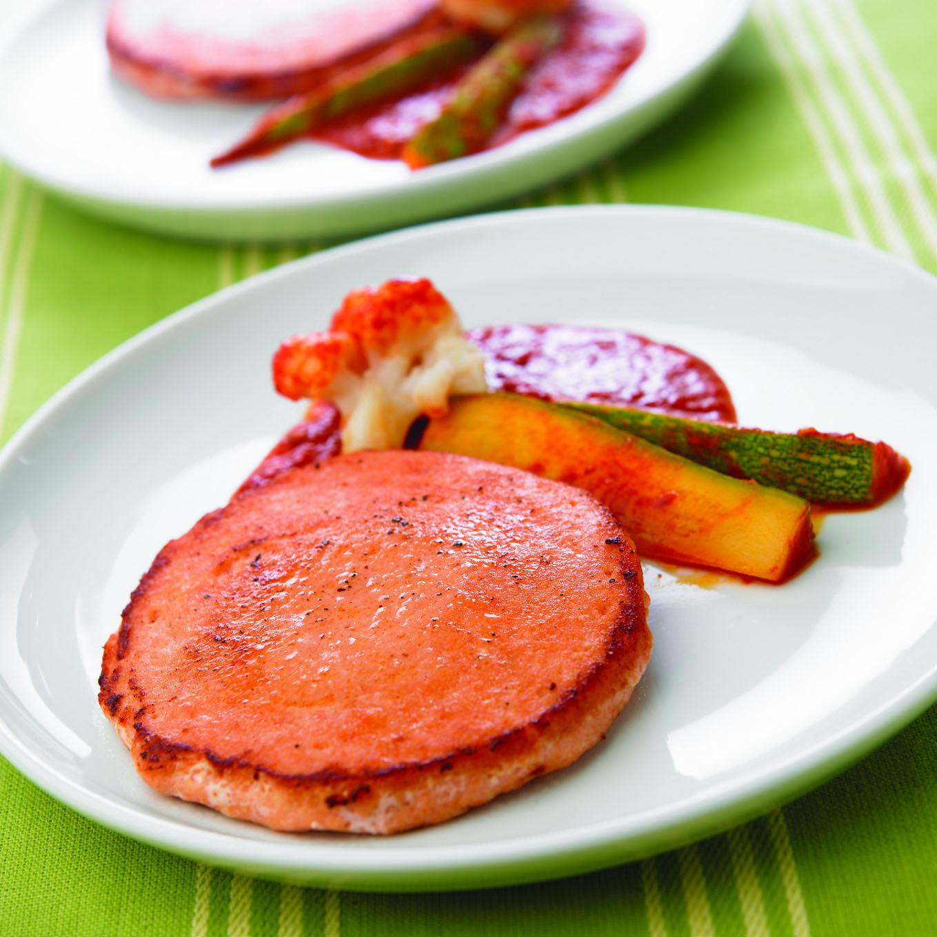 Medallón de salmón con salsa guajillo y verduras