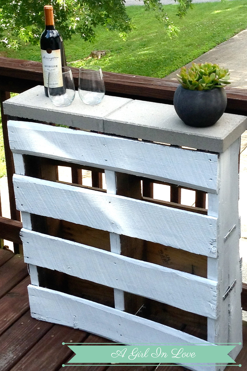 Two pallets put together and stepping stones for the top, adorable small patio idea