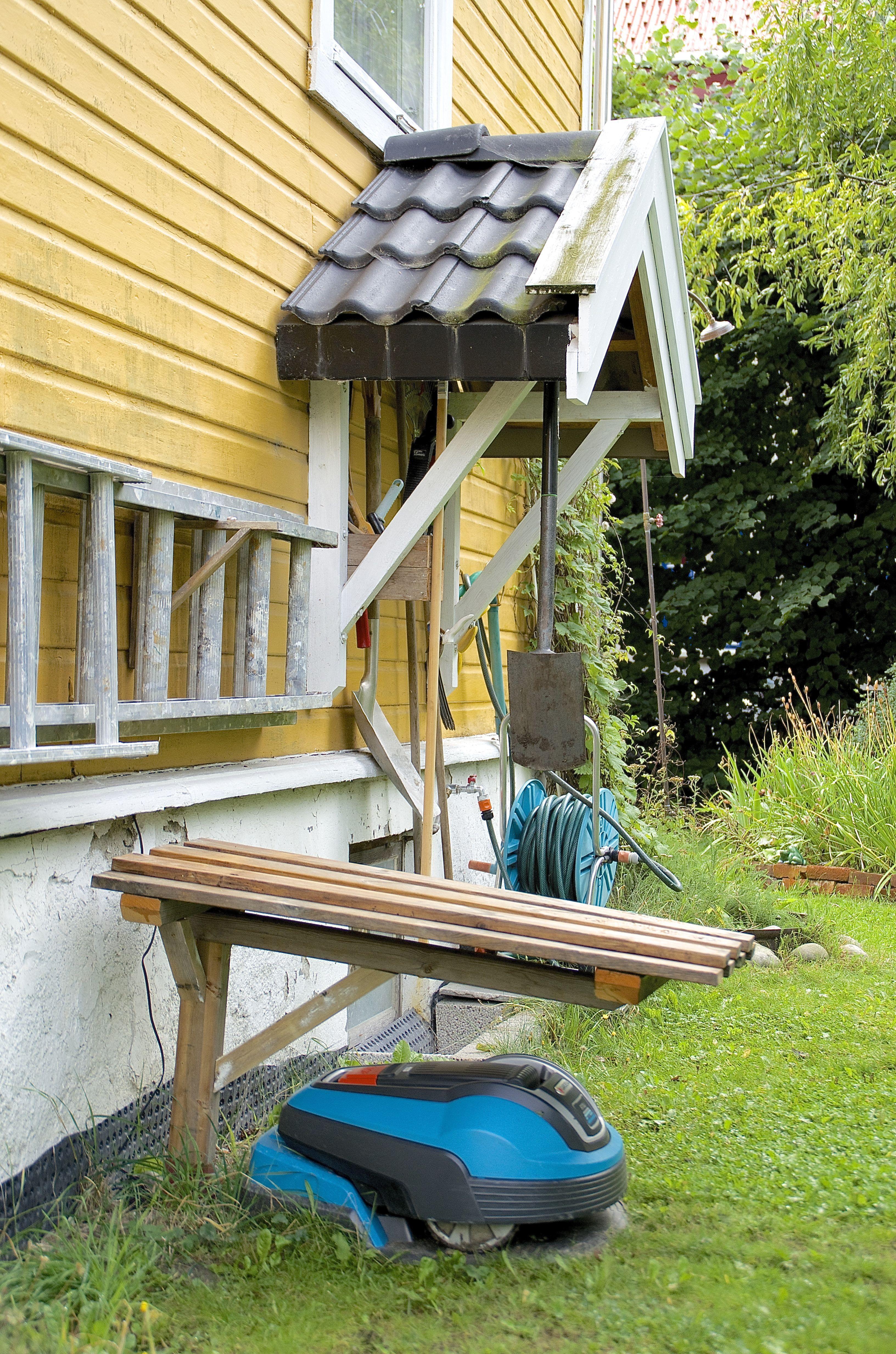 """Man skal ta godt vare på robotene sine. Edward har fått et tak av impregnerte terrassebord over ladestasjonen sin. Taket er festet til bakken med et solid jordspyd for 2""""4""""."""