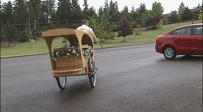 Funeraria ofrece cortejo fúnebre en bicicleta
