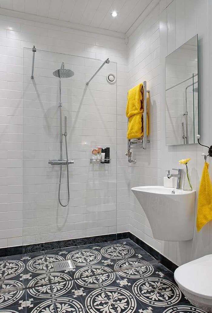 carrelage de sol de salle bain d�cor� et douche ouverte avec paroi centrale vitr�e