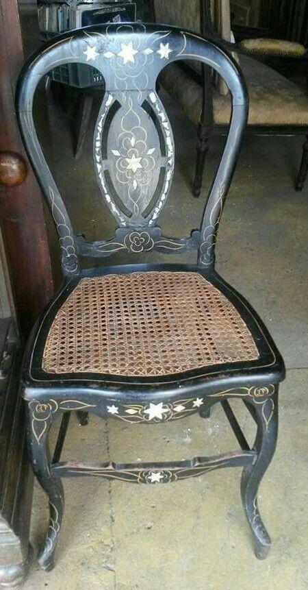 Cadeira com detalhes em madreperola