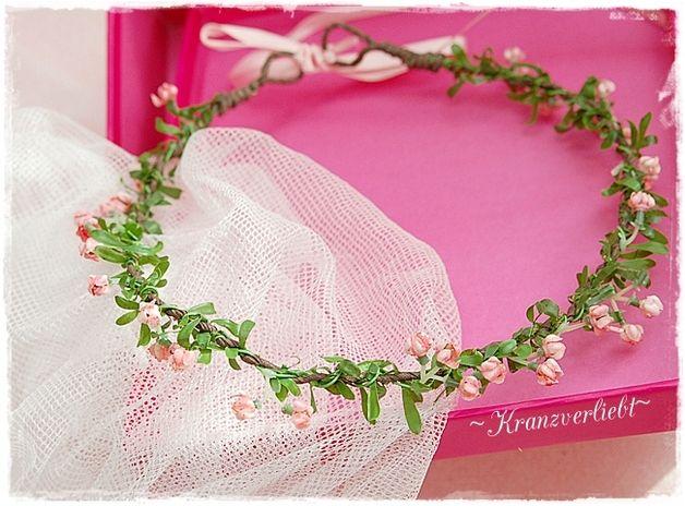 Der Haarkranz *Rosa Röslein* ist ein romantischer Kopfschmuck mit rosa Miniröschen im grünen Blattwerk. Dieser zarte Haarschmuck ist für die Braut zur Hochzeit ein wunderschönes Accessoire, wie...