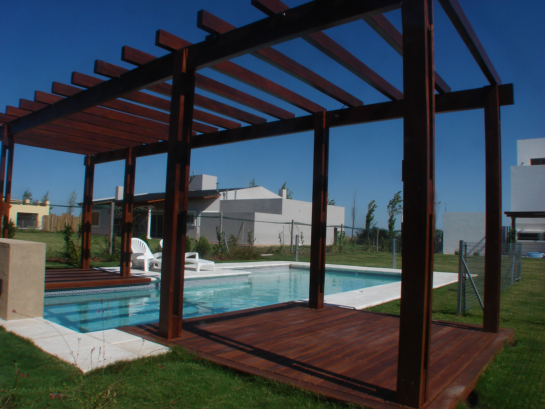 Piscina familiar pergola madera deck muro con for Diseno de patios con piscina