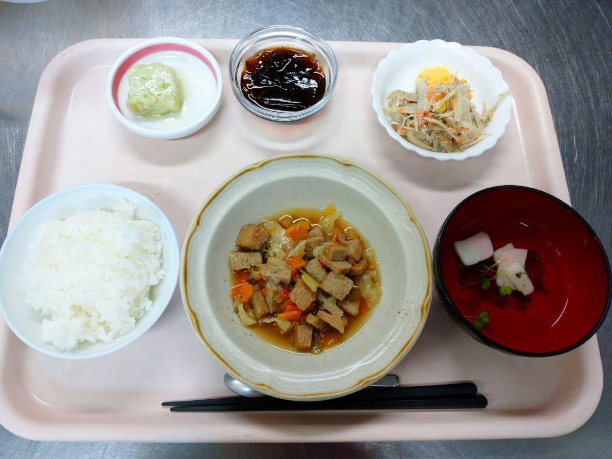 ごはん、すまし汁、豚肉とキャベツの炒め物、枝豆のふわふわ豆腐蒸し、ごぼうのごまドレサラダ、コーヒーゼリーでした!