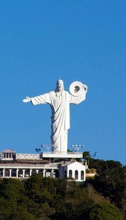 Cristo Luz  Fica em um dos pontos mais altos de Balneário Camboriú. Santa Catarina - Brasil - Este monumento tem 33m de altura, 22m de largura e pesa 528t.