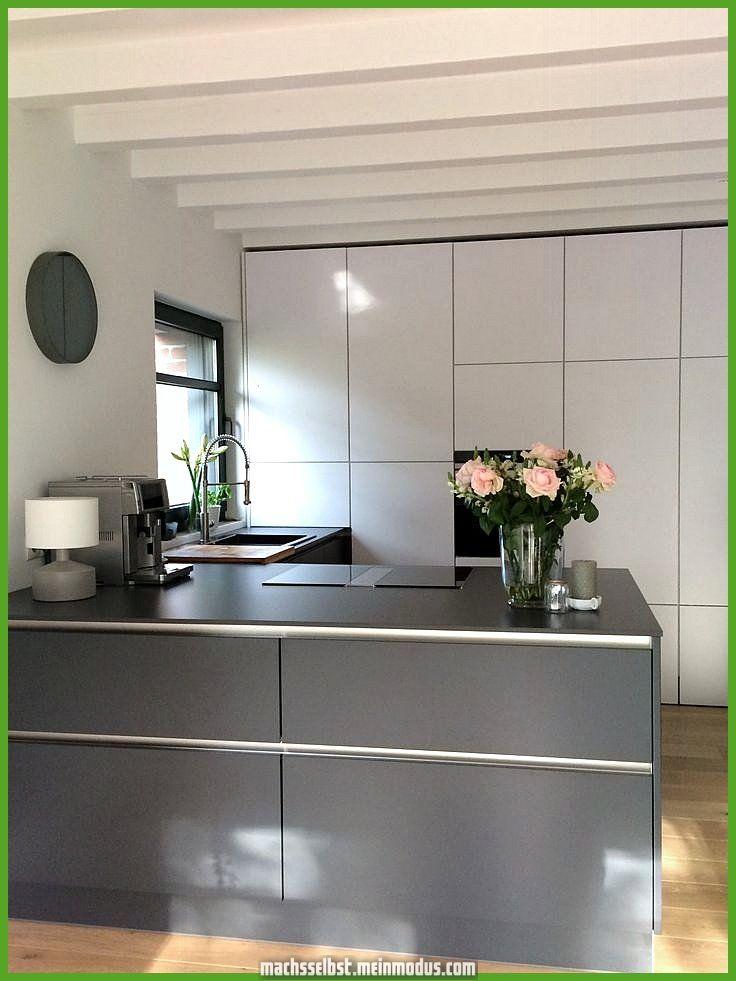 Photo of Grande cucina da sogno senza maniglie con un sacco di spazio. Pulito e confortevole in questo skand ….