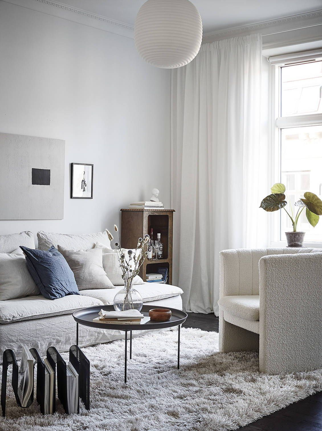 Cozy living room with white textiles | Mid century modern ...