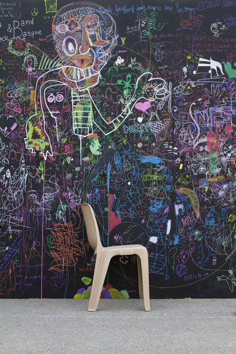allez les enfants on se fait un mur un mur noir d 39 expression libre dans le parc de la. Black Bedroom Furniture Sets. Home Design Ideas