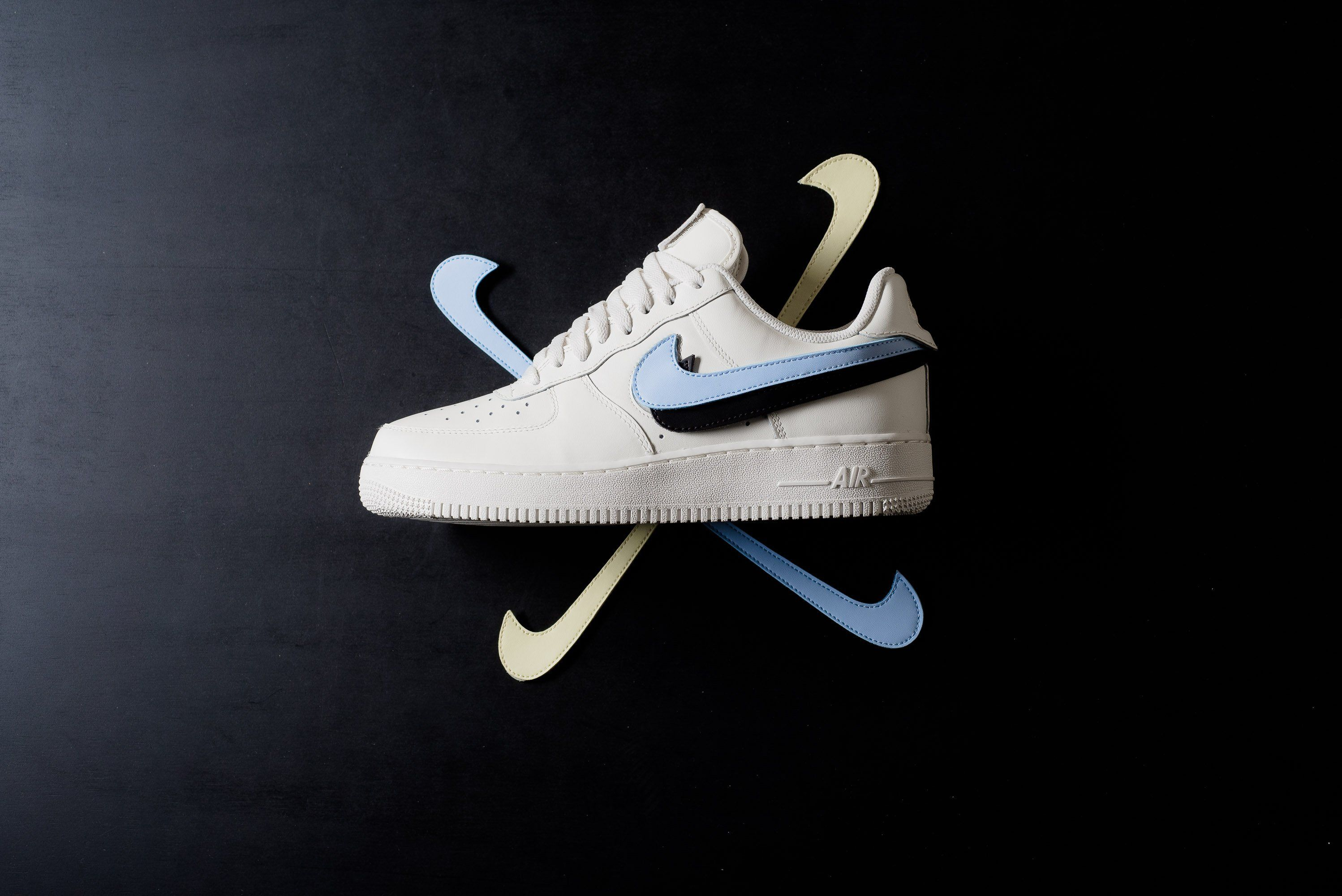 hot sale online 1123e 54652 Nike Air Force 1 07 QS Swoosh Pack