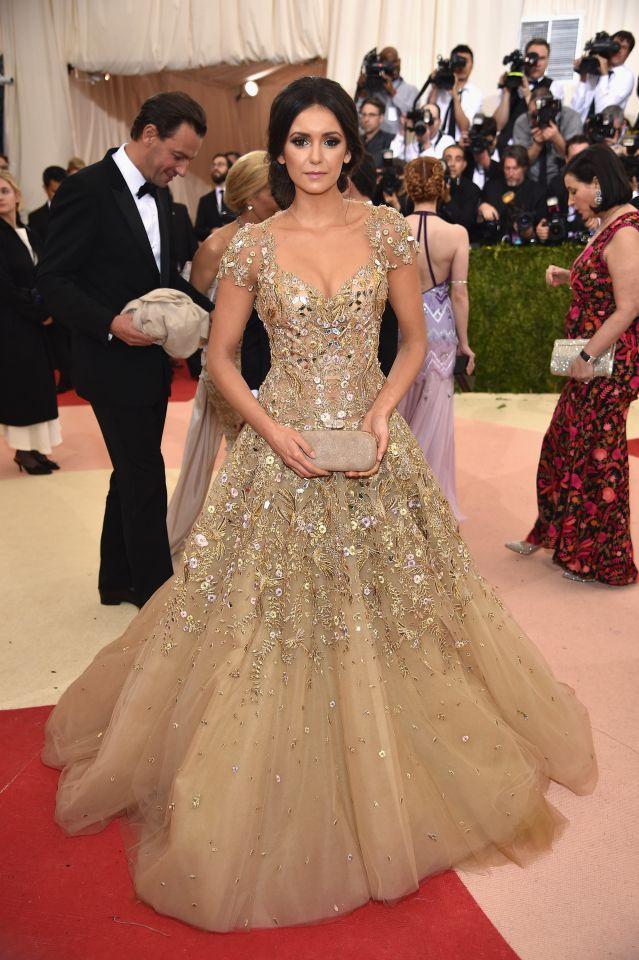 Do excêntrico ao glamouroso: os looks das famosas no baile de gala do MET - Nina Dobrev