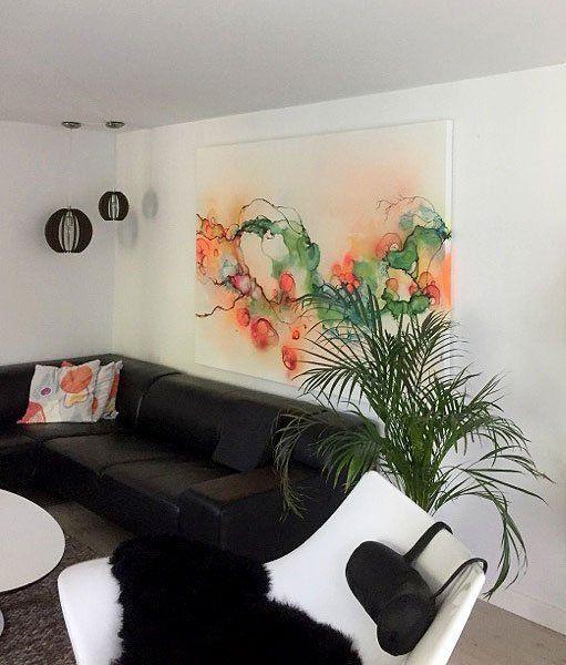 Abstrakt maleri i stue indretning i nordisk stil med moderne kunst ...