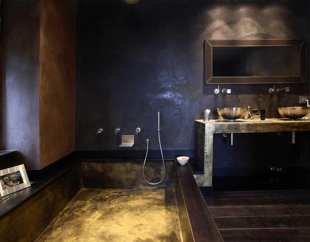 Parete microcemento satinato vasca resina oro e nero piano lavandino rilievo bagno resina e - Pareti doccia in resina ...