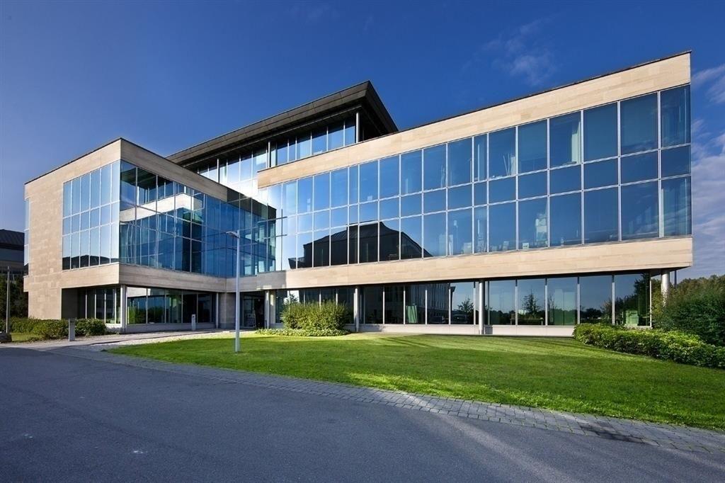Braine l'Alleud, Parc de l'Alliance, Bureaux équipés - 179€ - Boulevard de France 9, 1420 BRAINE-L'ALLEUD - Braine-l'Alleud, Parc de l'Alliance, Bur équipés dans un Business Center. Dans un imm de verre moderne et un environnement vert et paisible (300m de l'autoroute vers BX ou Paris, 2min du centre de BLA), entre Bx, Mons et Charleroi, ce centre est proche de resto, snack, ciné, salle de sport, et accueille de nbreuses soc de tailles diverses. Il met à votre disposit° des espaces pro de…