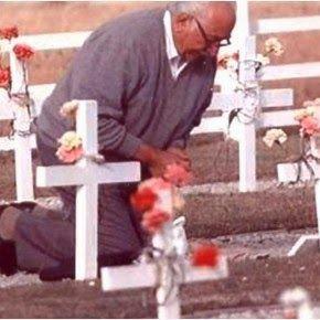 de regreso: ¡Malvinas! Don Narciso Zabala en la tumba de su hijo Enrique