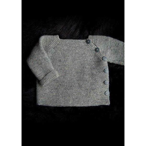 Babytrøje lukket i siden, gratis PDF strikkeopskrift
