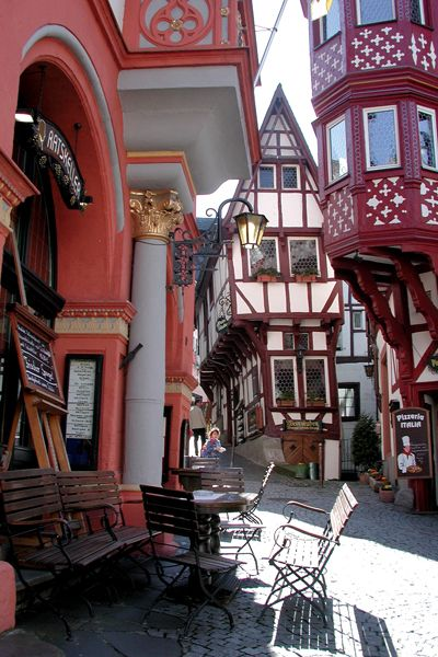 (the Pointed House) in Bernkastel-Kues. 600 year old wine bar ~ Germany