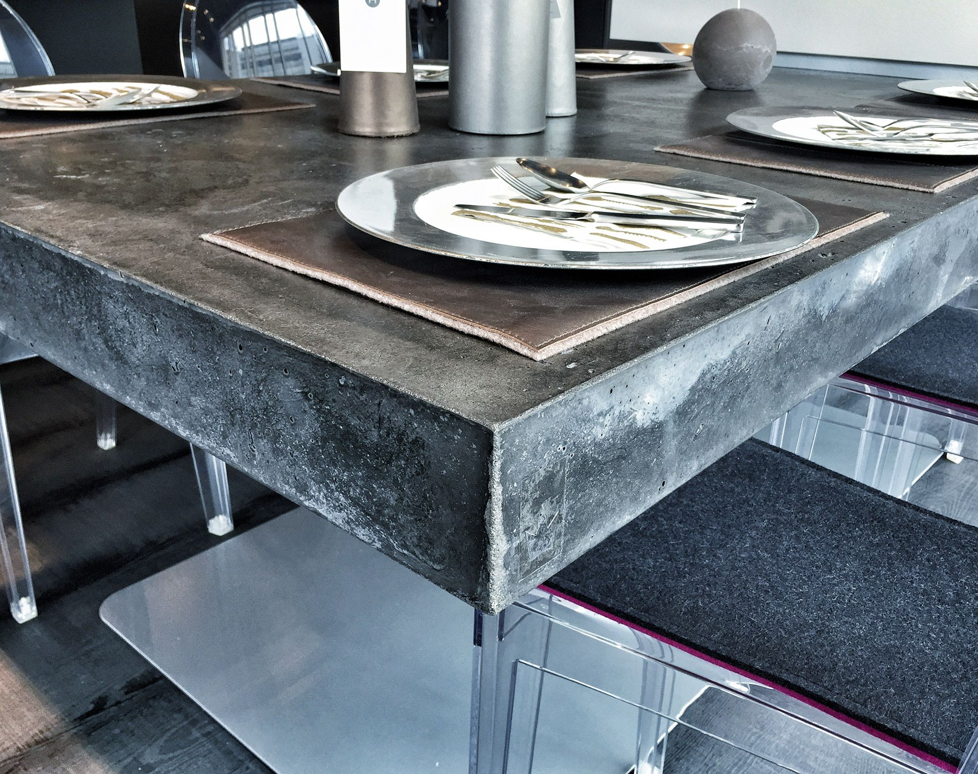 Dining table made of concrete. Designed and manufactured by Koenigsgrau.  See more on: instagram.com/koenigsgrau   #concretetable #concretedesign #concreteinterior #concreteproducts #handcrafted #madeingermany