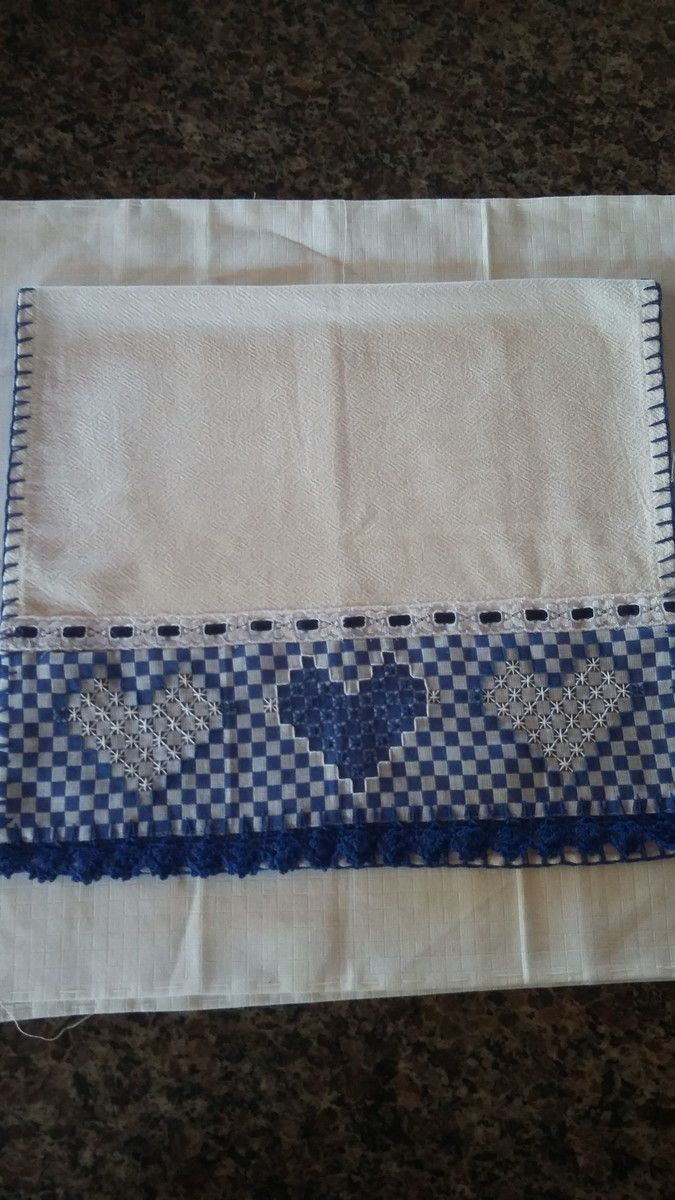 Pano de ótima qualidade com aplique de bordado em tecido xadrez e bico de crochê.