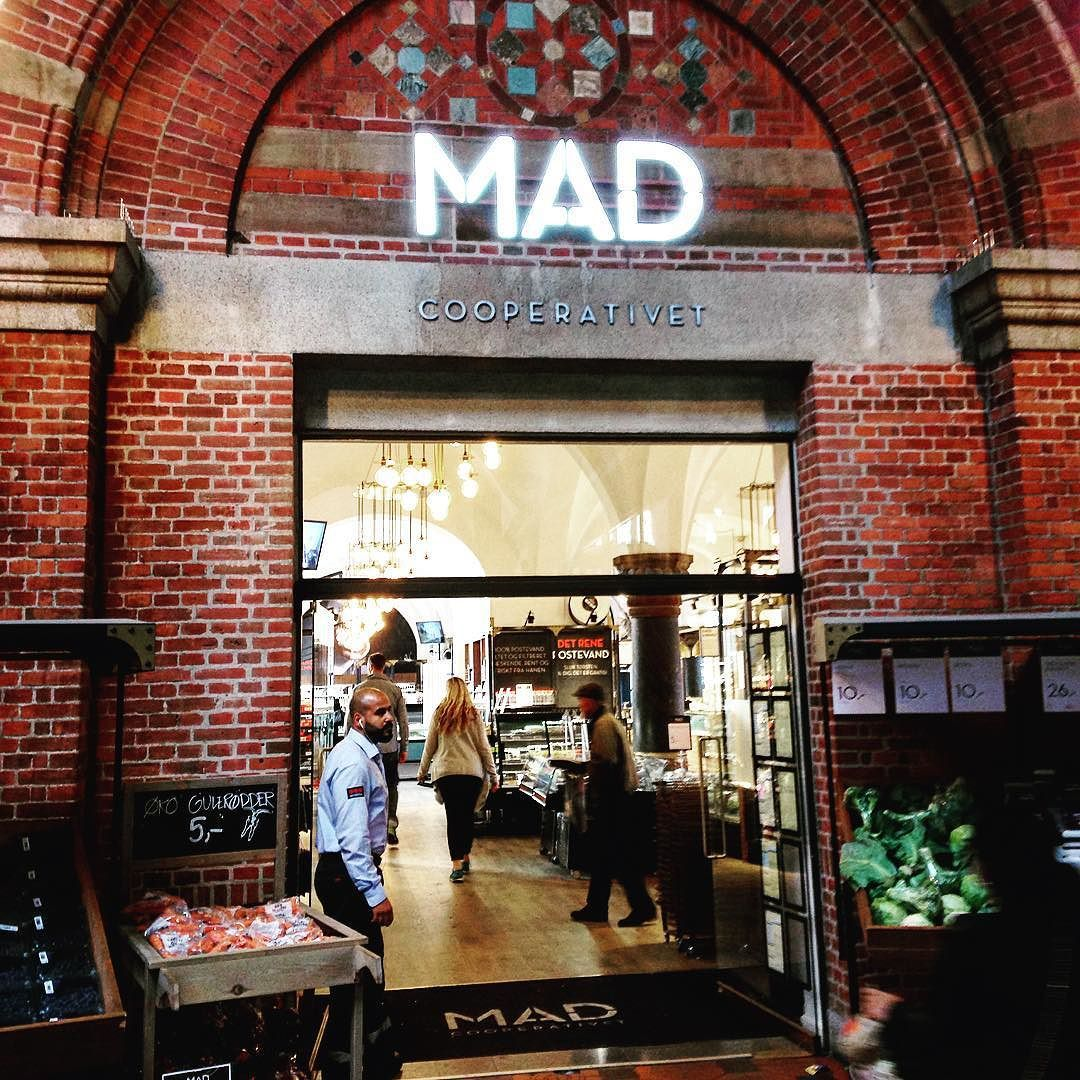 Fica a dica pra quem quer fugir um pouco de 7Eleven em Copenhague: a MAD tem comida pronta por um preço excelente. E a localização também! Em plena estação central! #malasepanelas #dicadeviagem #copenhague #copenhagen #MAD #latergram #2015 #escandinavia
