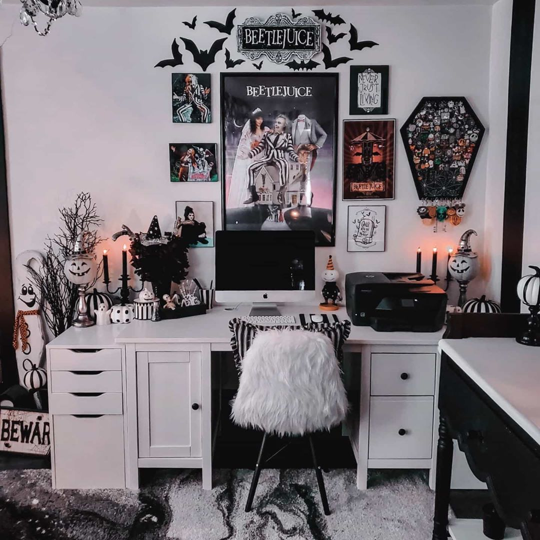 𝓽𝓱𝓮 𝓱𝓪𝓻𝓿𝓮𝓼𝓽 𝓶𝓸𝓸𝓷 𝔀𝓲𝓽𝓬𝓱 On Instagram Tag Some Of Your Favorite Spooky Artists Below I V In 2020 Room Ideas Bedroom Horror Room Goth Home Decor