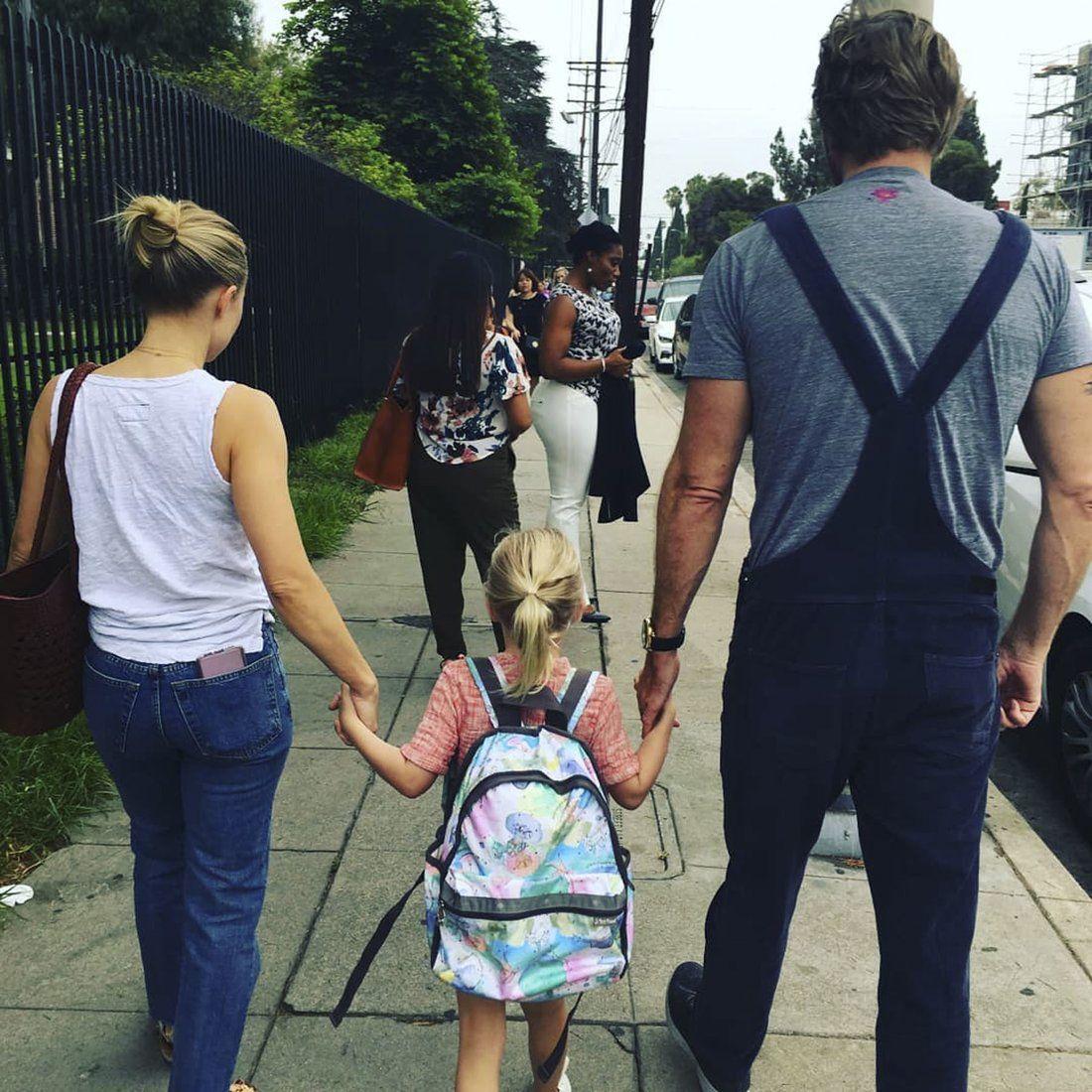 Kristen Bell And Dax Shepard Walk Daughter Lincoln To School During First Week Of Kindergarten Kristen Bell And Dax Kristen Bell Dax Shepard