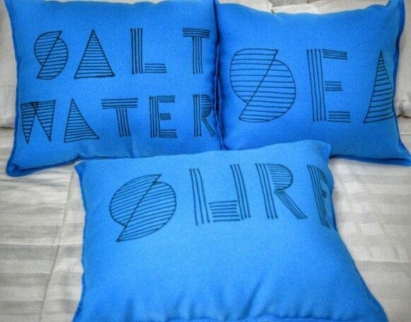 DIY - almofadas - Deu certo.  tecido oxford + caneta permanente para tecido!  Essas vão para a casa da praia. ❤