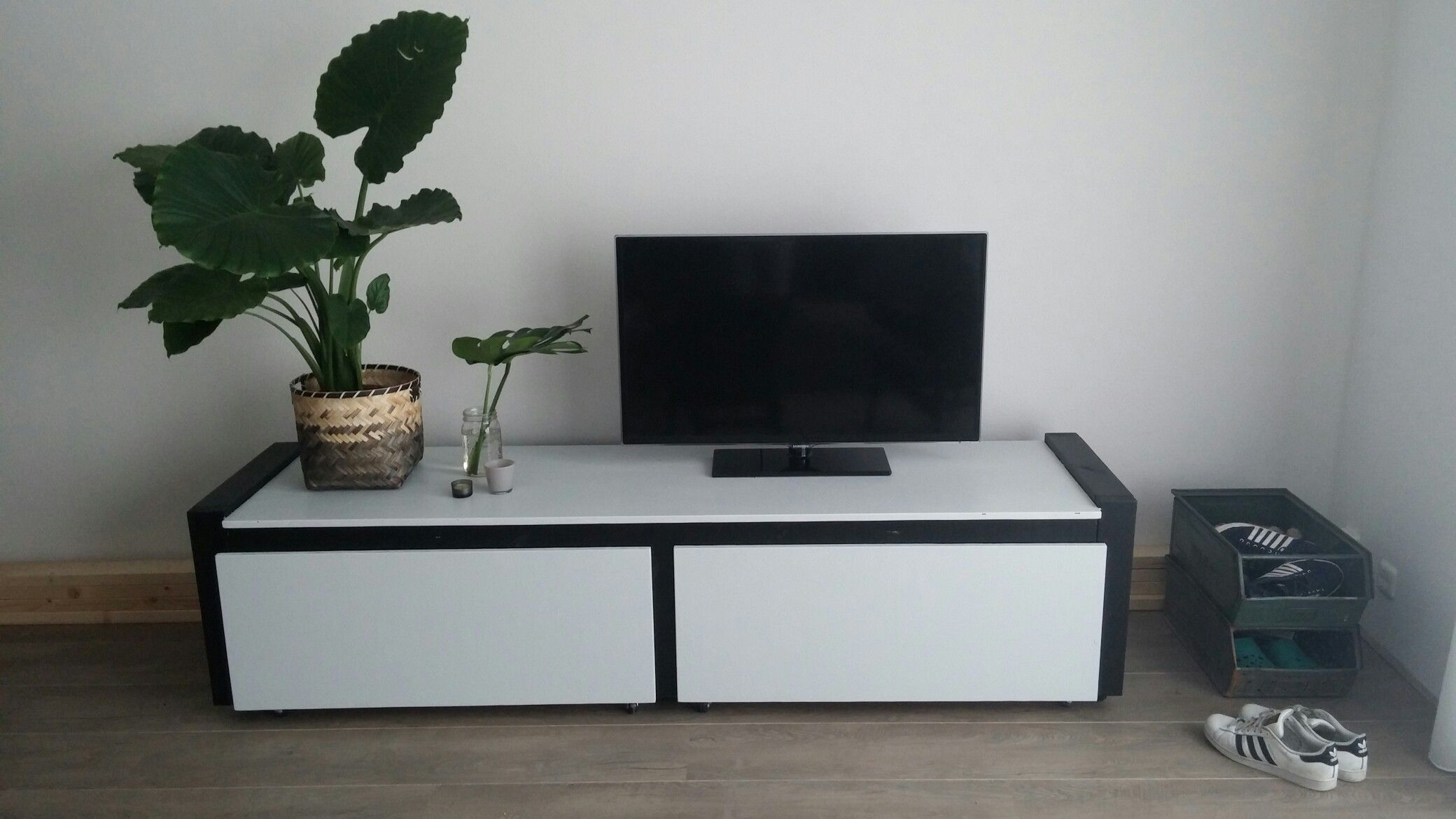 Tv Meubel Wieltjes : Tv meubel op wieltjes van gebruikt steigerhout a vendre