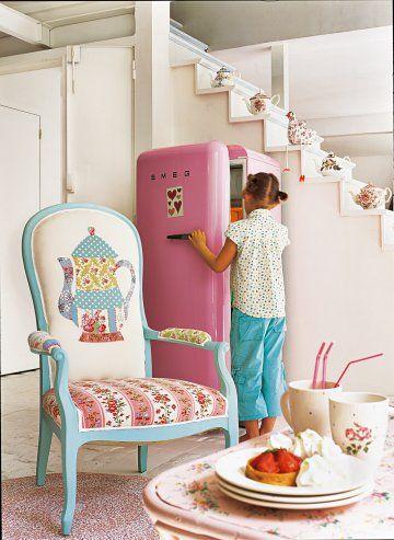 Un fauteuil en tissus fleuris Tissu fleuri, Fleuri et Théières
