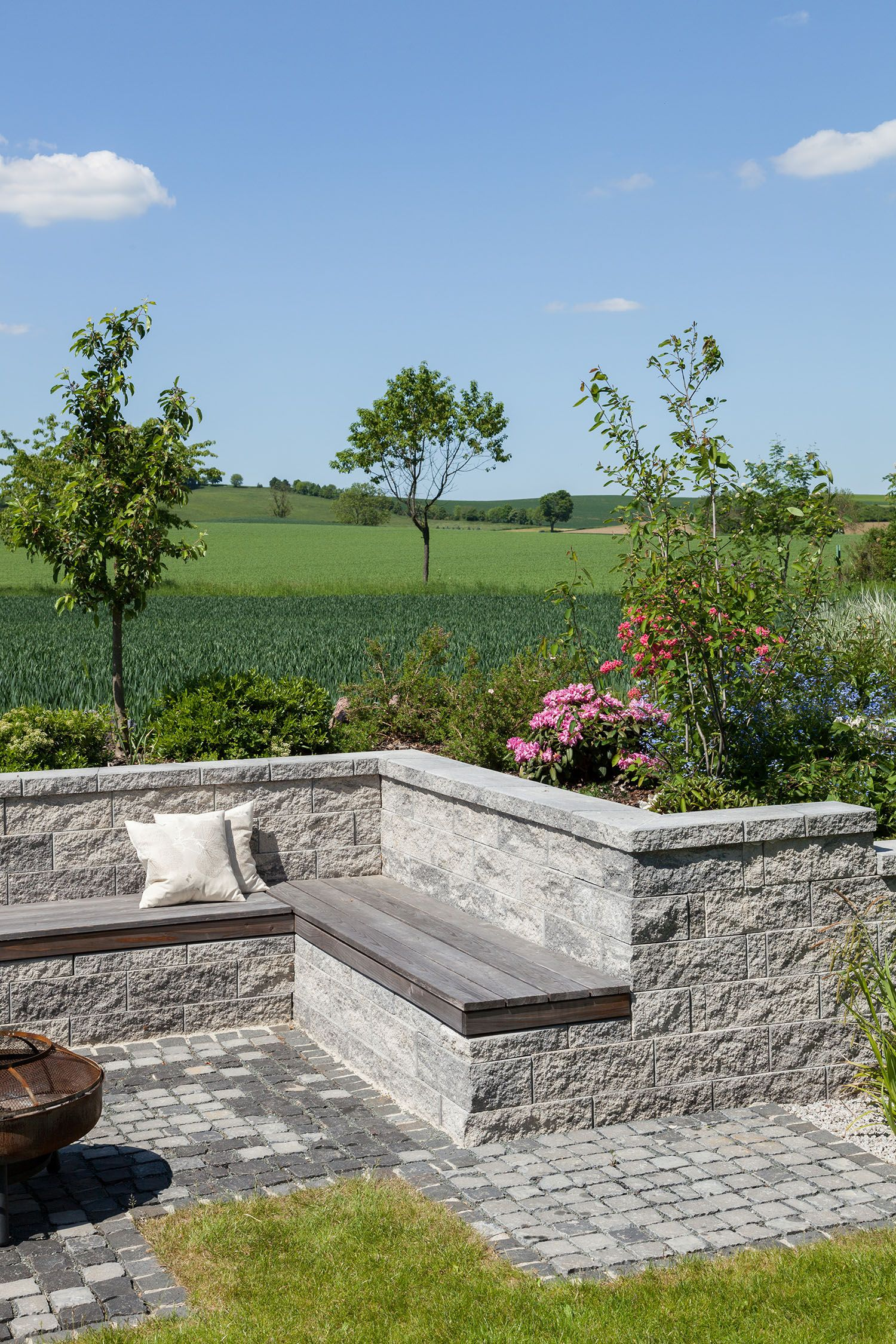 Hier Verbringt Man Gerne Stunden Im Grunen An Der Luft Sitzmoglichkeit Auf Der York Mauer Ist Eine Tolle G Garten Landschaftsbau Garten Gartengestaltung Ideen